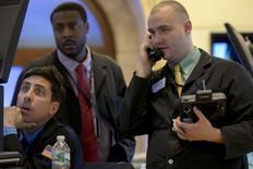 La Bourse de New York a fini en hausse de 0,34% mardi à 18.037,50 points, après des résultats trimestriels de poids lourds de la cote qui ont montré des signes de faiblesse. /Photo prise le 7 avril 2015/REUTERS/Brendan McDermid
