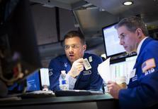 Трейдеры на фондовой бирже в Нью-Йорке. 14 апреля 2015 года. Американские фондовые индексы Dow и S&P 500 выросли во вторник при помощи нефтяных компаний и квартальных отчетов, превзошедших скромные ожидания. REUTERS/Brendan McDermid