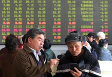 Инвесторы в брокерской конторе в Кайфыне. 9 апреля 2015 года. Азиатские фондовые рынки завершили торги среды разнонаправленно под влиянием экономической статистики Китая и местных факторов. REUTERS/China Daily