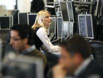 Дилеры в трейдинговой комнате IG Index в Лондоне. 6 мая 2010 года. Европейский фондовый рынок поднялся до 14-летнего максимума за счет роста цен на нефть и металлы и новости о приобретении финской Nokia французского конкурента Alcatel-Lucent. REUTERS/Kevin Coombs