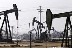 Станки-качалки на нефтяном месторождении в Бэйкерсфилде, Калифорния. 9 ноября 2014 года. Цены на нефть растут за счет признаков снижения добычи в США, а медленный экономический рост Китая сдерживает повышение котировок. REUTERS/Jonathan Alcorn