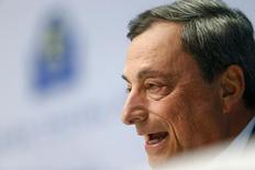 Глава ЕЦБ Марио Драги выступает на пресс-конференции во Франкфурте-на-Майне. 15 апреля 2015 года. Европейский центральный банк намерен полностью осуществить программу скупки гособлигаций объемом 1 триллион евро, которая должна завершиться в сентябре 2016 года, сказал глава ЕЦБ Марио Драги на пресс-конференции в среду. REUTERS/Ralph Orlowski