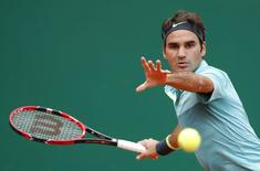 Roger Federer of Switzerland returns the ball to Jeremy Chardy of France during their match at the Monte Carlo Masters in Monaco April 15, 2015.  REUTERS/Eric Gaillard