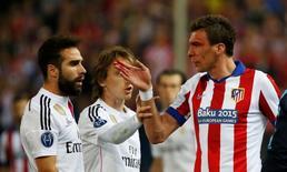 Atlético de Madri x Real Madrid no Vicente Calderón, em Madri. Carvajal e Mandzukic entram em confronto. 14/4/15 Reuters / Juan Medina