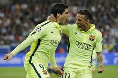 Suárez e Neymar comemoram gol do Barcelona contra Paris St Germain. 15/4/15. REUTERS/Christian Hartmann.