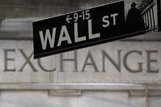 Una señalética de Wall Street fotografiada frente a la bolsa de Nueva York. Imagen de archivo, 27 enero, 2015. Las acciones en Estados Unidos cerraron al alza el miércoles, impulsadas por las ganancias en las petroleras y por la expectativa de resultados mejores que lo esperado en los reportes trimestrales que están presentando las empresas que componen los índices. REUTERS/Carlo Allegri