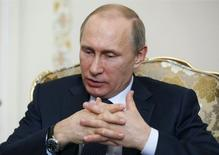 Президент России Владимир Путин на встрече с палестинским президентом Махмудом Аббасом в Ново-Огарево. 13 апреля 2015 года. Владимир Путин ждет восстановления экономики страны, столкнувшейся с рецессией на фоне отсутствия реформ, падения цен на нефть и санкций, в течение примерно двух лет, возможно, быстрее. REUTERS/Sergei Ilnitsky/Pool