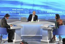 El presidente ruso Vladimir Putin participa en un programa de llamadas en directo transmitido en directo en Moscú. 16 de abril 2015. Putin dijo el jueves que la economía de Rusia podría volver al crecimiento en menos de dos años, a pesar de que considera poco probable que Occidente levante pronto las sanciones económicas contra su país por la crisis de Ucrania. REUTERS/Mikhail Klimentyev/RIA Novosti/Kremlin ATENCION EDITORES. ESTA IMAGEN HA SIDO ENTREGADA POR UN TERCERO Y SE DISTRIBUYE EXÁCTAMENTE COMO SE RECIBIO COMO UN SERVICIO A LOS CLIENTES