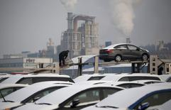 Cars made by South Korea's automakers Hyundai Motor and affiliate Kia Motors are parked at the companies' shipping yard at a port in Pyeongtaek, south of Seoul in this January 20, 2014 file photo. REUTERS/Kim Hong-Ji/Files