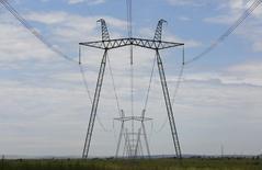 ЛЭП у Саяно-Шушенской ГЭС. 28 июля 2014 года. Российский госэнергохолдинг ИнтерРАО сократил производство электроэнергии на 1 процент, экспорт взлетел на 45 процентов в первом квартале за счет роста поставок в Финляндию и на Украину, сообщила компания. REUTERS/Ilya Naymushin