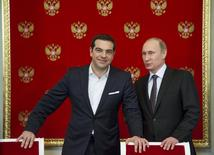 Russian President Vladimir Putin (R) and Greek Prime Minister Alexis Tsipras attend a signing ceremony at the Kremlin in Moscow, April 8, 2015.  REUTERS/Alexander Zemlianichenko/Pool
