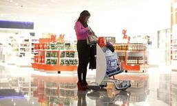 Boutique de produits détaxés à l'aéroport de Francfort. Les dépenses des touristes chinois ont enregistré une progression record en mars, dopées par l'amplification des  écarts de prix entre la Chine et l'Europe liée à la baisse de l'euro. /Photo d'archives/REUTERS/Lisi Niesner