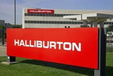 Le géant américain des services au secteur pétrolier Halliburton a annoncé lundi s'attendre à une période difficile pour ses activités internationales et à des pressions continues sur les prix en Amérique du Nord, son premier débouché, avec la chute des cours de l'or noir. /PHoto d'archives/REUTERS/Richard Carson
