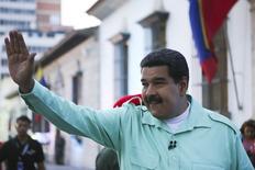 En la imagen, el presidente venezolano, Nicolás Maduro, saluda a la gente en Caracas, 14 de abril, 2015. Venezuela recibió un nuevo préstamo de China por 5.000 millones de dólares, anunció el presidente Nicolás Maduro, como parte de un acuerdo con el gigante asiático que se ha convertido en una fuente de financiamiento clave para la nación miembro de la OPEP, afectada por la baja de los precios del crudo.  REUTERS/Miraflores Palace/Handout via Reuters