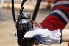 Un trabajador toma una muestra de crudo en un pozo petrolero de PDVSA en Monagas, Venezuela, abr 16 2015. Venezuela está exportando actualmente entre 2,4 y 2,5 millones de barriles por día (bpd), de una producción de petróleo que se ubica en 2,85 millones de bpd, aseguró el presidente de la estatal Petróleos de Venezuela (PDVSA), Eulogio Del Pino. REUTERS/Carlos Garcia Rawlins