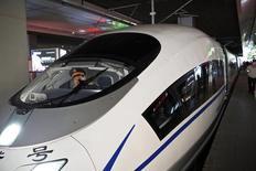 Imagen de archivo de un tren de alta velocidad en la estación Shanghai Hongqiao en Shanghái, China, dic 4 2014. Las empresas chinas están dando la espalda a México en una ola de desinterés que podría durar años, recelosas por la cancelación de dos proyectos de alto perfil que se esperaba iniciaran una nueva era de negocios entre los dos rivales manufactureros. REUTERS/Aly Song
