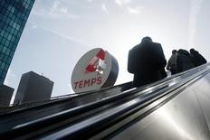 Unibail-Rodamco, propriétaire du centre commercial Les Quatre Temps à La Défense, a annoncé lundi un chiffre d'affaires en hausse de 6,3% pour le premier trimestre et a confirmé son objectif de résultat pour 2015. Le groupe immobilier a dégagé un chiffre d'affaires de 492,3 millions d'euros sur les trois premiers mois de l'année. /Photo prise le 23 février 2015/REUTERS/Gonzalo Fuentes