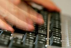 """Douze pour cent des entreprises d'au moins 10 personnes implantées en France ont acheté des services d'informatique dématérialisée (""""cloud computing"""") en 2014 contre 19% en moyenne en Europe, selon une étude de l'Insee. /Photo d'archives/REUTERS/Régis Duvignau"""