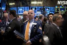 Operadores en la bolsa de Wall Street en Nueva York, abr 17 2015. Las acciones estadounidenses subían el martes por segundo día consecutivo debido a que varias compañías superaron sus expectativas de ganancias, lo que ayudaba a reducir los temores sobre un trimestre desalentador para el sector corporativo. REUTERS/Brendan McDermid