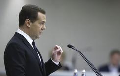 Премьер-министр РФ Дмитрий Медведев выступает в Госдуме. Москва, 21 апреля 2015 года. Премьер Дмитрий Медведев призвал готовиться к новой экономической реальности на случай сохранения низких цен на нефть и усиления санкций и дал понять, что не намерен прислушиваться к мнению сторонников смены модели развития. REUTERS/Dmitry Astakhov/RIA Novosti/Pool