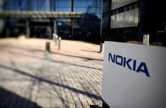 Le rachat d'Alcatel-Lucent par son concurrent Nokia pourrait éviter les écueils rencontrés par de précédentes fusions dans les équipements télécoms grâce à la profonde transformation intervenue ces dix dernières années dans la façon dont ces matériels sont développés et lancés. Les réseaux télécoms reposent aujourd'hui sur des logiciels qui sont programmables et flexibles et non plus sur des infrastructures dédiées. /Photo prise le 15 avril 2015/REUTERS/Antti Aimo-Koivisto/Lehtikuva