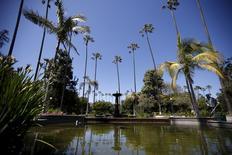 Jardim de plantas e flores ao lado de um lago com fonte de água em Beverly Hills