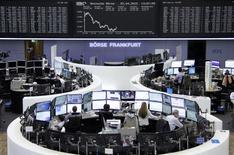 Les principales Bourses européennes évoluent en territoire négatif mercredi après avoir ouvert en hausse, pénalisées par les résultats jugés décevants des grands groupes de luxe comme Richemont et Kering. Vers 12h50, le CAC 40 abandonne 0,66% à Paris, le Dax recule de 1,10% à Francfort et le FTSE perd 0,63% à Londres. /Photo prise le 22 avril 2015/REUTERS