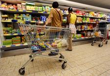 La confiance du consommateur s'est dégradée en avril dans la zone euro, après trois mois de hausse, alors que les économistes anticipaient une nouvelle amélioration.  /Photo d'archives/REUTERS/Eric Gaillard