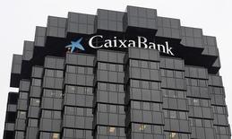Caixabank a annoncé jeudi un bénéfice net doublé à 375 millions d'euros au premier trimestre, dépassant ainsi le consensus (341 millions d'euros), la banque ayant tiré parti de l'acquisition de la filiale locale de Barclays et d'une nette amélioration de la conjoncture économique en Espagne. /Photo d'archives/REUTERS/Albert Gea