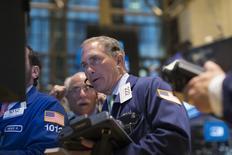 Трейдеры на фондовой бирже в Нью-Йорке. 20 апреля 2015 года. Фондовые рынки США выросли в среду за счет возможности выхода Visa на китайский рынок и планов повышения продаж McDonald's. REUTERS/Brendan McDermid