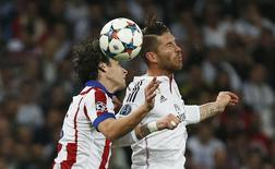 Jogador do Real Sergio Ramos e Tiago Mendes, do Atletico de Madri. 22/4/2015 Reuters / Juan Medina