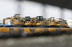 Новые экскаваторы Caterpillar в порту Йокогамы. 10 февраля 2011 года. Прибыль Caterpillar Inc увеличилась в первом квартале 2015 года благодаря укреплению доллара и доналоговому доходу от продажи бизнеса по оказанию услуг трехсторонней логистики. Прибыль Caterpillar Inc увеличилась в первом квартале 2015 года благодаря укреплению доллара и доналоговому доходу от продажи бизнеса по оказанию услуг трехсторонней логистики. REUTERS/Toru Hanai
