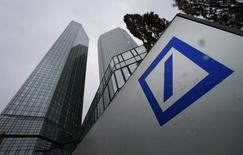 Deutsche Bank versera 2,5 milliards de dollars (2,32 milliards d'euros) aux autorités américaines et britanniques pour manipulation présumée de taux de référence comme le Libor et sa filiale londonienne plaidera coupable dans cette affaire, /Photo prise le 29 janvier 2015/REUTERS/Ralph Orlowski
