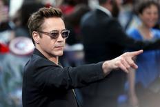 """El actor Robert Downey Jr a su llegada al estreno del filme """"Avengers: Age of Ultron"""" en el centro comercial Westfield en Shepherds Bush, EEUU, abr 21 2015. El actor de Hollywood Robert Downey Jr se retiró de una entrevista en la televisión británica acerca de su último filme al ser consultado sobre sus problemas con las drogas y el alcohol. REUTERS/Stefan Wermuth"""