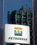 El logo de Petrobras visto en Sao Paulo. Imagen de archivo, 6 febrero, 2015.  Los títulos de la petrolera estatal brasileña Petrobras caían con fuerza el jueves en los primeros negocios de la sesión luego de que la empresa divulgó sus resultados auditados de 2014, que mostraron la mayor pérdida de su historia. REUTERS/Paulo Whitaker