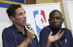 Formers NBA stars Steve Nash (L) and Dikembe Mutombo attend a news conference in Havana April 23, 2015.  REUTERS/Enrique de la Osa