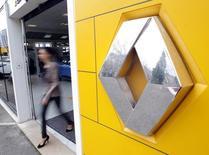 Le titre Renault figure au rang des valeurs à suivre à la Bourse de Paris, au lendemain de l'annonce d'un bond de 13,7% du chiffre d'affaires du groupe au premier trimestre. /Photo d'archives/REUTERS/Jean-Paul Pélissier