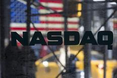 Логотип NASDAQ на Таймс-сквер в Нью-Йорке 17 апреля 2014 года. Мировые фондовые рынки устанавливают новые исторические максимумы благодаря хорошим отчетам европейских корпораций и Nasdaq, преодолевшему максимум периода бума доткомов. REUTERS/Andrew Kelly