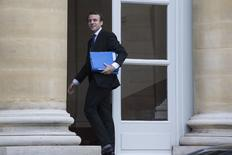 """Dans une tribune publiée vendredi par Le Monde, le ministre de l'Economie Emmanuel Macron, justifie par la volonté d'en finir avec la """"naïveté française"""" la décision de l'Etat de s'arroger des droits de vote doubles dans Renault et rappelle que ce dispositif ne constitue pas une """"anomalie française"""". /Photo prise le 3 avril 2015/REUTERS/Philippe Wojazer"""