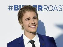 Cantor Justin Bieber posa para fotos durante programa do canal Comedy Central em Culver City, Califórnia. 15/03/2015 REUTERS/Kevork Djansezian