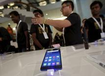 A New Delhi lors du lancement du smartphone Mi 4i de Xiaomi.  Ratan Tata, le président émérite de la holding du conglomérat indien Tata, a pris une participation dans Xiaomi Technology, opération susceptible de renforcer la présence du fabricant de téléphones chinois sur le troisième marché mondial du smartphone. Xiaomi ne dévoile ni le pourcentage de la participation ni le montant de l'opération./Photo prise le 23 avril 2015/REUTERS/Anindito Mukherjee