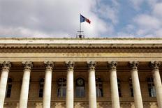 La Bourse de Paris est orientée à la hausse à la mi-journée, le remaniement par Athènes de son équipe chargée de négocier avec ses créanciers rassurant les investisseurs. Vers 13h30, l'indice CAC 40 gagne 0,54% après avoir perdu près de 1,3% en matinée. /Photo d'archives/REUTERS/Charles Platiau