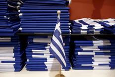 Le Premier ministre grec Alexis Tsipras a remanié lundi l'équipe chargée des négociations avec les créanciers de la Grèce au sujet de sa dette après les critiques qui se sont abattues sur son ministre des Finances Yanis Varoufakis à la suite de la réunion de l'Eurogroupe vendredi à Riga. /Photo prise le 23 avril 2015/REUTERS/Kostas Tsironis