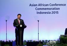 En la imagen, el presidente chino, Xi Jinping ofrece un discurso en una conferencia en Yakarta. 22 de abril, 2015. China reduciría a 40 la cantidad de conglomerados en manos del Gobierno central mediante una serie de fusiones, en momentos en que Pekín impulsa un plan para reformar el gigantesco sector estatal del país, informó un medio oficial el lunes. REUTERS/Beawiharta