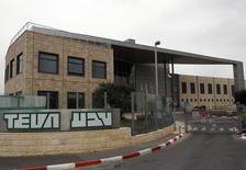 """Mylan, laboratoire américain basé depuis peu aux Pays-Bas, a rejeté l'offre de reprise, non sollicitée, de 40 milliards de dollars (36,9 milliards d'euros) du génériqueur israélien Teva Pharmaceuticals, estimant que cette dernière """"sous-évaluait largement"""" l'entreprise. /Photo d'archives/REUTERS/Ronen Zvulun"""