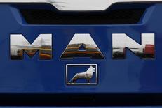Капот грузовика MAN в Дортмунде 4 июля 2011 года. Автопроизводитель MAN SE сократил операционную прибыль в первом квартале 2015 года вдвое, поскольку темпов восстановления европейского рынка оказалось недостаточно, чтобы компенсировать спад в Бразилии, сообщила компания во вторник. REUTERS/Ina Fassbender