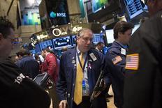 Трейдеры на торгах Нью-Йоркской биржи 10 февраля 2014 года. Американские фондовые индексы Dow и S&P 500 выросли во вторник благодаря компаниям Merck и IBM, а Nasdaq снизился вслед за акциями Apple. REUTERS/Brendan McDermid
