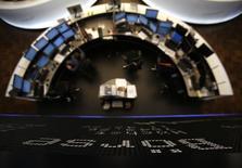 Les Bourses européennes ont, comme prévu, démarré en hausse une séance qui s'annonce chargée mercredi, les investisseurs européens devant absorber une avalanche de résultats de sociétés locales puis la première estimation de croissance du PIB des Etats-Unis du premier trimestre. Dans les premiers échanges, le CAC parisien prenait 0,16%, le FTSE avançait de 0,11% et le Dax de 0,19%. /Photo d'archives/REUTERS/Lisi Niesner