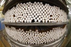 Usine BAT à Bayreuth, en Allemagne. British American Tobacco, le deuxième cigarettier mondial, a annoncé mercredi un recul de 5,8% de son chiffre d'affaires au premier trimestre en conséquence de la vigueur de la livre et de la tendance à la baisse de la consommation sur certains de ses marchés. /Photo d'archives/REUTERS/Michaela Rehle