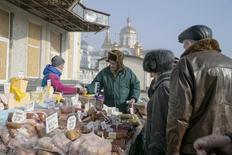 Люди на рынке в Донецке 15 февраля 2015 года. Инфляция на Украине в 2015 году может составить около 40%, прогнозирует Всемирный банк. REUTERS/Baz Ratner